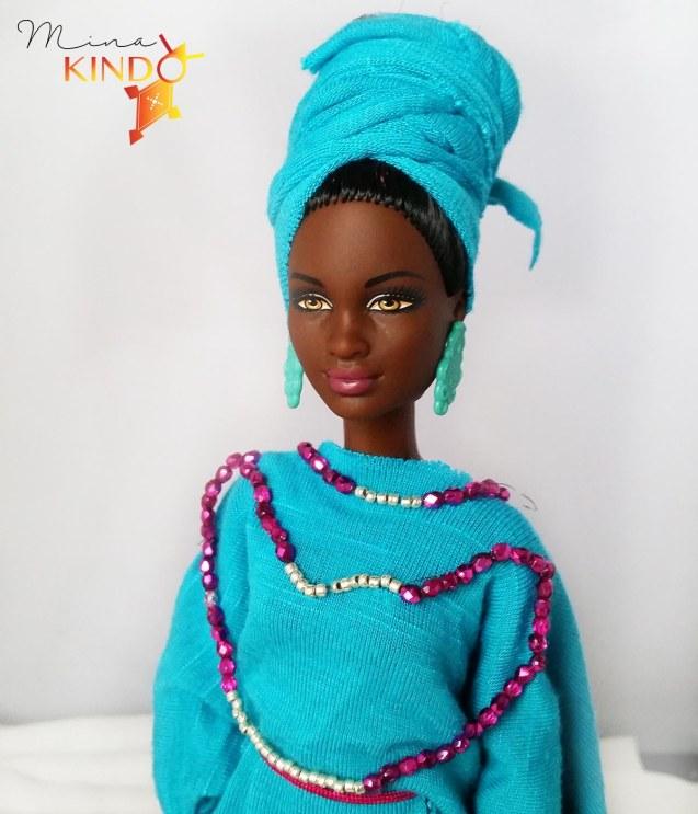 Poupee africaine avec perles bleu