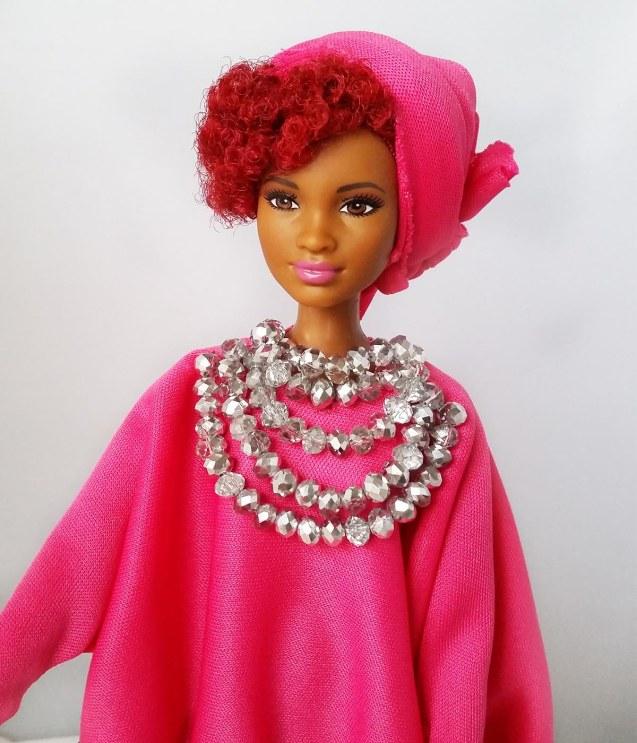 Poupee africaine avec perles rose